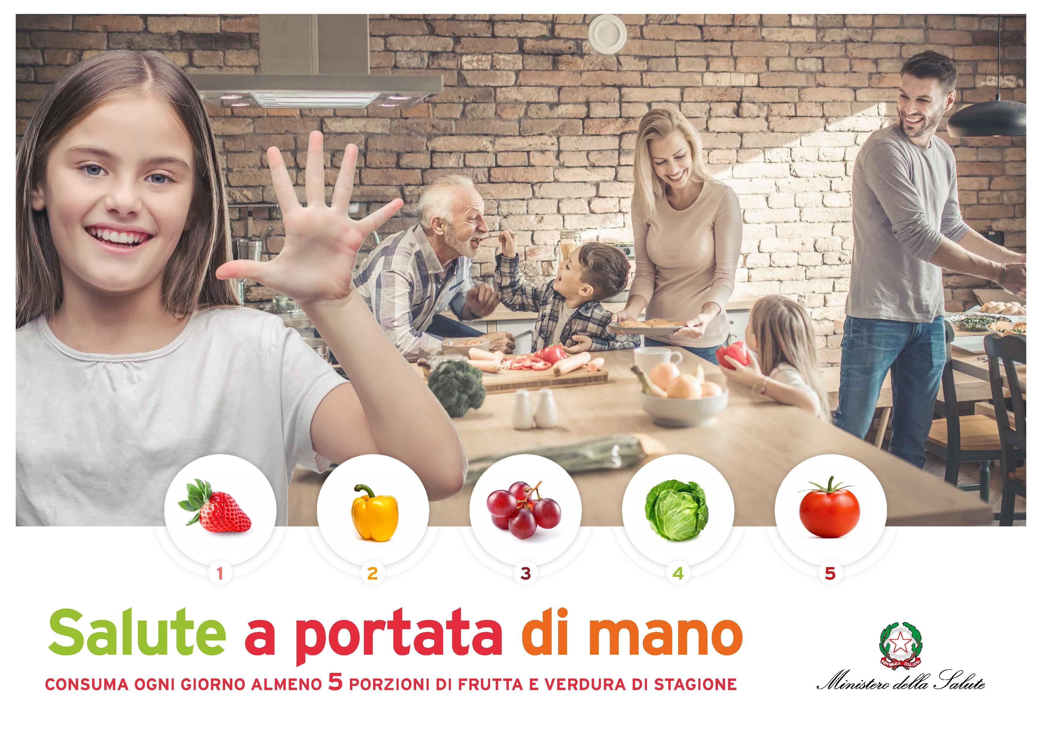 Salute a portata di mano. Una bambina fa il segno cinque con la mano per indicare il numero di porzioni di frutta e verdura da consumare giornalmente.
